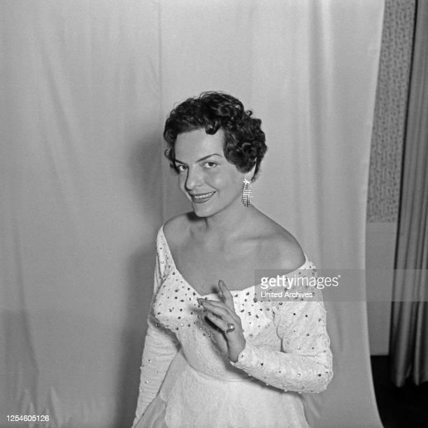 Die Sängerin posiert in einem weißen Kleid in einer Hohlkehle im Wohnzimmer Deutschland 1950er Jahre