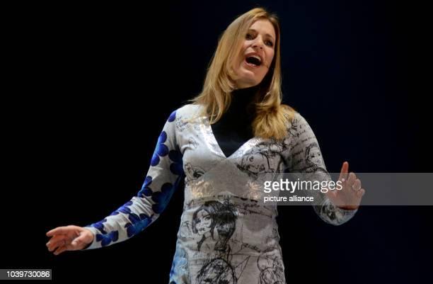 Die Sängerin und Moderatorin Stefanie Hertel posiert am in Düsseldorf bei Proben zu dem Musikal Vom Geist der Weihnacht auf der Bühne des Capitol...