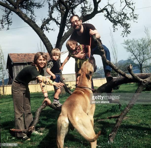 Die Sängerin und Schauspielerin Cornelia Froboess und ihr Mann Hellmuth Matiasek spielen im Mai 1973 in Oberbayern mit ihren Kindern Kaspar und Agnes...