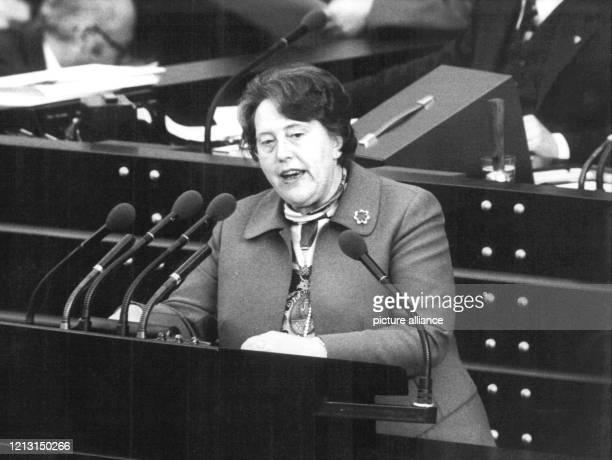 Die SPD-Abgeordnete Elfriede Eilers am Rednerpult. Der Deutsche Bundestag billigt am 26. April 1974 mit einer knappen Mehrheit von 247 zu 233 Stimmen...