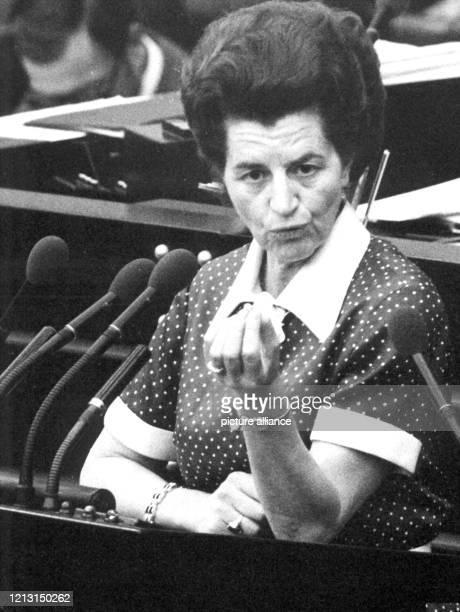 Die SPD-Abgeordnete Katharina Focke am Rednerpult. Der Deutsche Bundestag billigt am 26. April 1974 mit einer knappen Mehrheit von 247 zu 233 Stimmen...