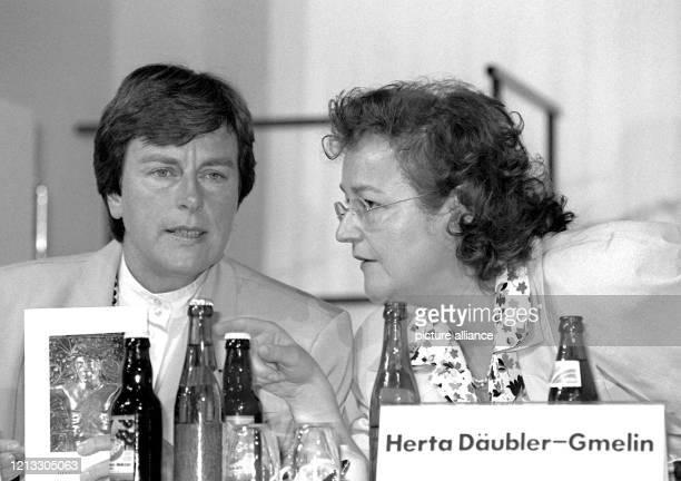 Die SPD-Bundesgeschäftsführerin Anke Fuchs im Gespräch mit Herta Däubler-Gmelin am 30.8.1988 auf dem SPD-Bundesparteitag in Münster. Der...