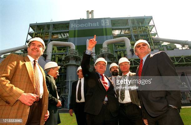 Die SPD-Fraktion im hessischen Landtag , an der Spitze Fraktionschef Armin Clauss , besuchte am die Hoechst AG in Frankfurt. Die Parlamentarier, hier...