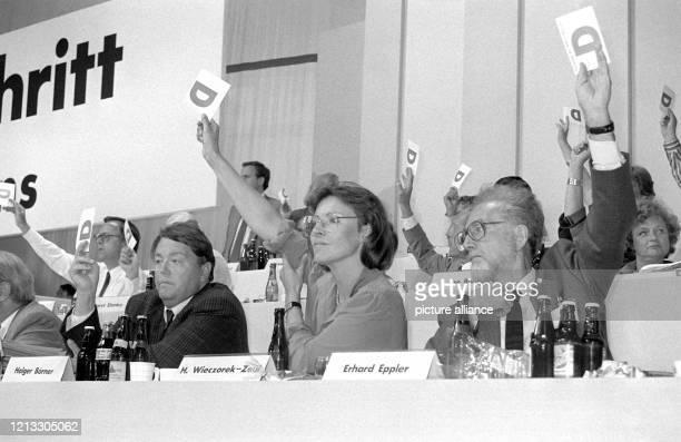 Die SPD-Politiker Holger Börner, Heidemarie Wieczorek-Zeul und Erhard Eppler bei der Abstimmung am 30.8.1988 auf dem SPD-Bundesparteitag in Münster....