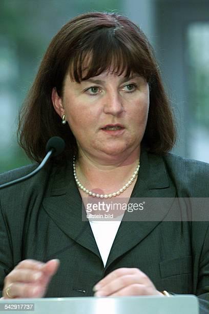 Die SPDPolitikerin Ministerin für Wirtschaft Technologie und Verkehr sowie Staatssekretärin im Wirtschaftsministerium in Hannover Birgit Grote steht...