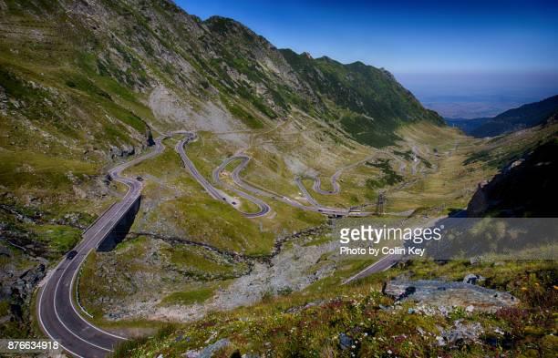 die spektakuläre transfagarasan-passstraße über die rumänischen karpaten - collin key stock-fotos und bilder