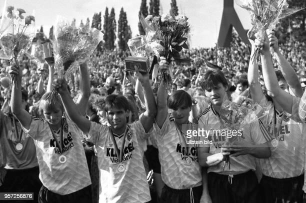 Die Spieler der SG Dynamo Dresden Frank Lieberam Ulf Kirsten Jörg Stübner und Andreas Wagenhaus bejubeln am mit ihrer riesigen Fangemeinde im...