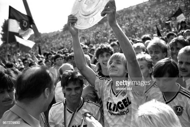 Die Spieler der SG Dynamo Dresden um Frank Lieberam Ulf Kirsten und Jörg Stübner bejubeln am mit ihrer riesigen Fangemeinde im Dresdner DynamoStadion...