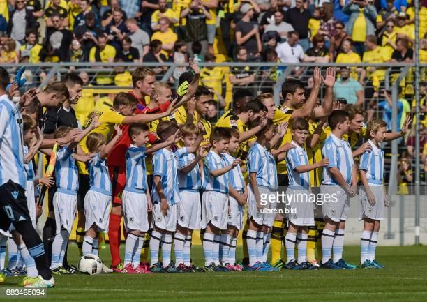 Die Spieler des BVB winken den Fans waehrend dem Fussball Testspiel TSV 1860 Muenchen gegen Borussia Dortmund fuer die Saison 2016/2017 im...