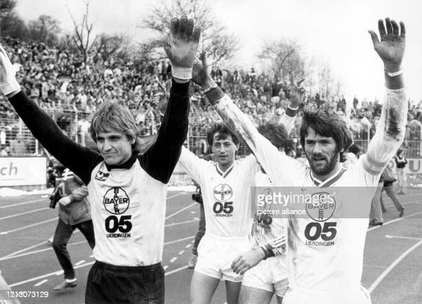 Die Spieler von Bayer 05 Uerdingen mit Torhüter Werner Vollack Franz Raschid und Kapitän Friedhelm Funkel drehen am 641985 im Stadion des...