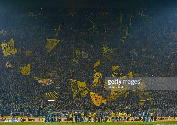 Die Spieler von Dortmund stehen vor der Suedkurve und reissen die Arme hoch waehrend dem Fussball DFB Pokal Viertelfinalspiel Borussia Dortmund gegen...
