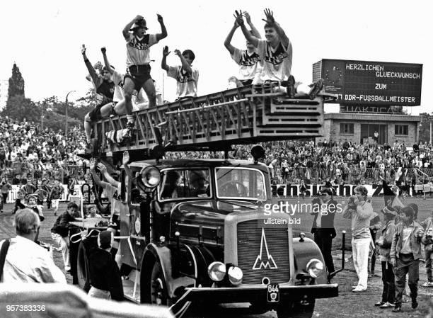 Die Spieler von Dynamo Dresden feiern am im heimischen DynamoStadion mit tausenden Fans den überlegen gewonnenen DDRFußballmeistertitel der insgesamt...