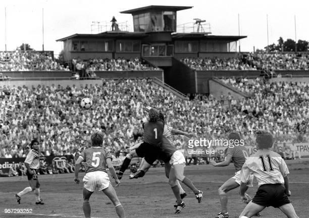 Die Spieler von Dynamo Dresden und HFC Chemie liefern am 1281989 im DynamoStadion von Dresden vor 24000 Zuschauern eine packende Szene vor dem Tor...