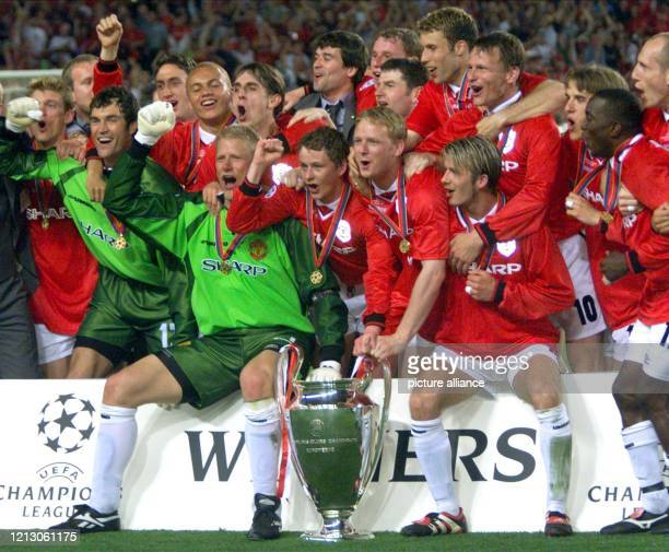 Die Spieler von Manchester United jubeln am nach dem Sieg im Champions LeagueFinale über den FC Bayern München mit dem Pokal Der FC Bayern München...