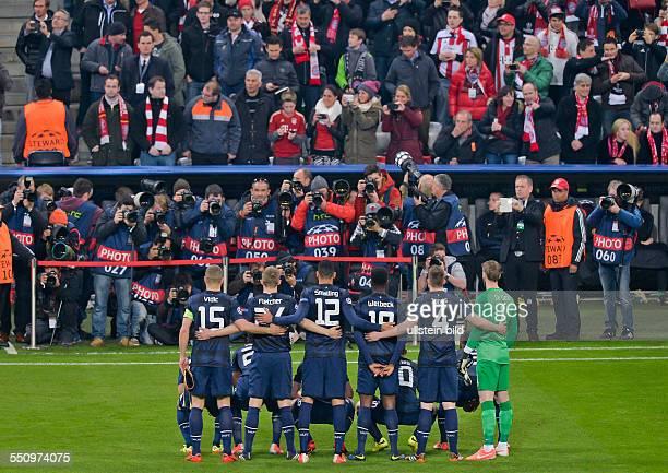 Die Spieler von Manchester United stellen sie fuer ein Mannschaftsfoto fuer die Fotografen zusammen waehrend dem Viertelfinal Rueckspiel zur UEFA...
