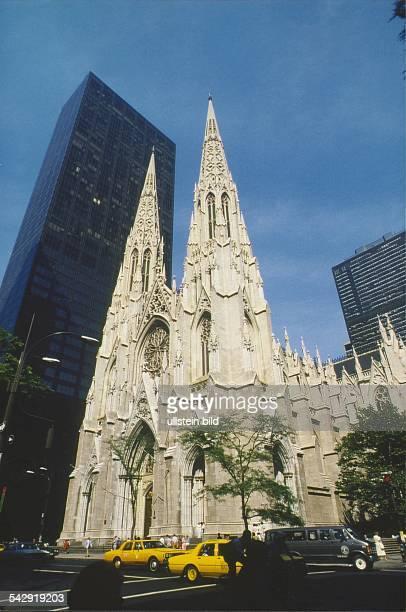 Die St. Patrick's Cathedral in Manhattan ist aus hellem Marmor erbaut. Die beiden 100 Meter hohen Türme wirken vor dem Wolkenkratzer recht winzig....