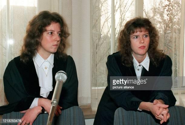 Die Staatsanwältinnen Heike Finke und Martina Fischl am 24. November 1994 im Gerichtssaal des Mainzer Landgerichts, wo das bundesweit größte...
