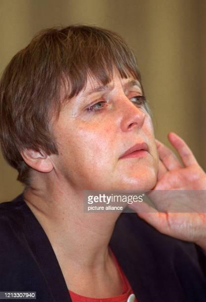 Die stellvertretende CDUBundesvorsitzende und Umweltministerin Angela Merkel gibt am 2591996 in Bonn eine Pressekonferenz In einem dpaGespräch in...