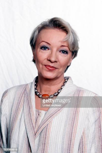 Die Sternbergs - KARIN ANSELM arbeitet seit 1966 als freischaffende Schauspielerin an verschiedenen Theatern. Parallel dazu begann sie ihre Tätigkeit...
