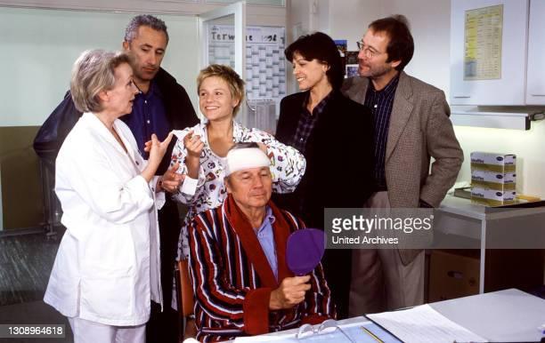 """Die sternbergs - Ärzte, Brüder, Leidenschaften - Johanna hat das """"Heilmittel"""" für die kranke Alex entdeckt: Sie läßt sich bei der täglichen Visite..."""