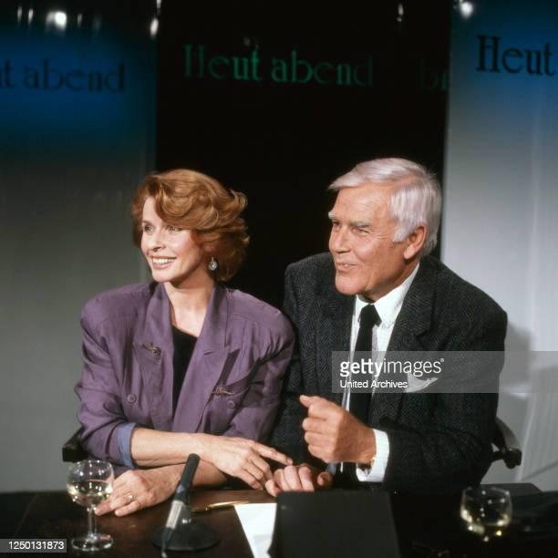 """Die österreichisch deutsche Schauspielerin Senta Berger zu Gast bei Joachim Fuchsberger in dessen Talkshow """"Heut' abend"""", Deutschland 1980er Jahre."""