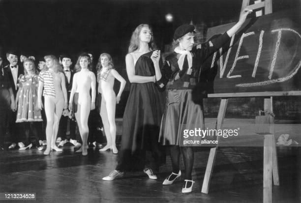 Die österreichischamerikanische Sängerin und Schauspielerin Lotte Lenya am 6 April 1960 als Anna II in der deutschen Erstaufführung von Die sieben...