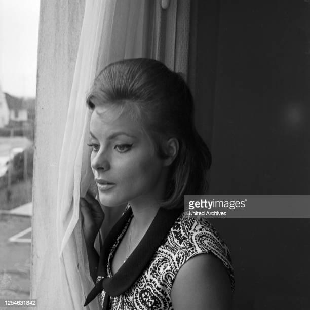 Die österreichische Schauspielerin Loni von Friedl, Deutschland 1960er Jahre.