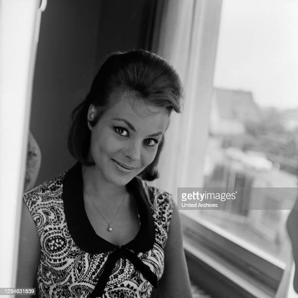 Die österreichische Schauspielerin Loni von Friedl im Spiegel, Deutschland 1960er Jahre.