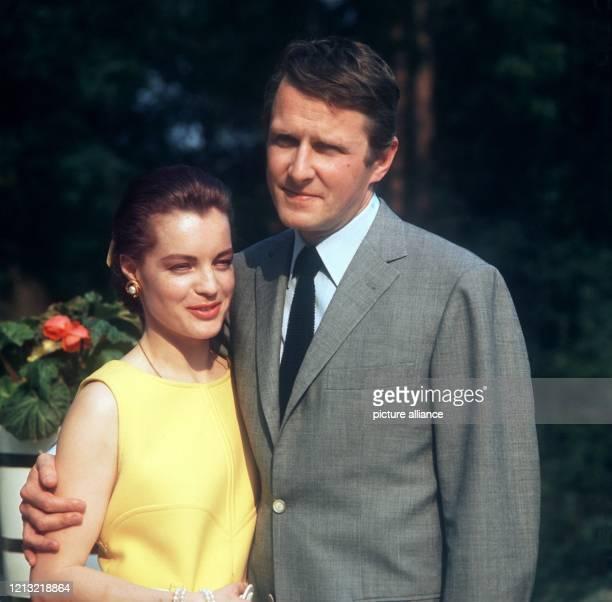 Die österreichische Schauspielerin Romy Schneider mit ihrem Mann Harry Meyen Schon als 17jährige hatte sie in der Trilogie Sissi ihren ersten großen...