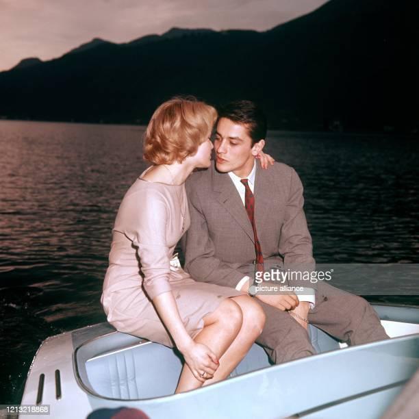 Die österreichische Schauspielerin Romy Schneider mit ihrem Verlobten Alain Delon in einem Boot Schon als 17jährige hatte sie in der Trilogie Sissi...