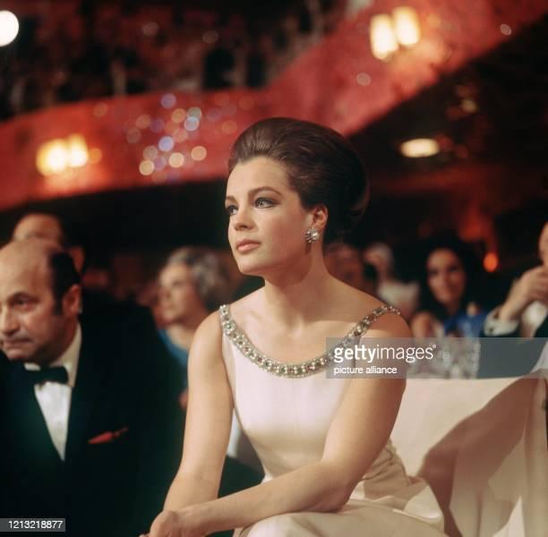 """Die österreichische Schauspielerin Romy Schneider . Schon als 17jährige hatte sie in der Trilogie """"Sissi"""" ihren ersten großen Erfolg, wobei ihr das..."""