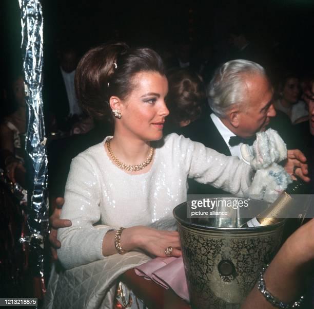 Die österreichische Schauspielerin Romy Schneider und Hans Herbert Blatzheim auf dem Münchener Bal pare am 12 Februar 1965 Schon als 17jährige hatte...