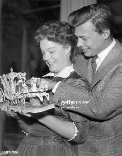 Die österreichische Schauspielerin Romy Schneider und ihr Kollege Karlheinz Böhm nachdem sie 1955 als erfolgreichste Nachwuchsstars geehrt worden...