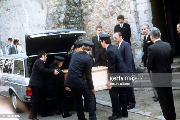 Die österreichische Schauspielerin Romy Schneider wird am 2 Juni 1982 auf dem Friedhof von BoissySansAvoir beigesetzt Schon als 17jährige hatte sie...