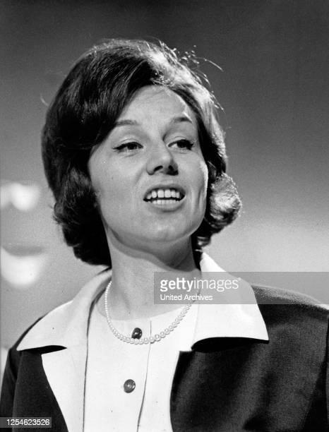 Die österreichische Schlagersängerin, Fernsehmoderatorin und Schauspielerin Lolita, Deutschland 1960er Jahre.