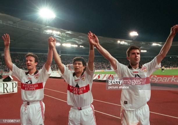 Die Stuttgarter Spieler Fredi Bobic Krassimir Balakov und Zvonimir Soldo fassen sich an den Händen winken und grüßen ihren Anhang am 2191997 im...