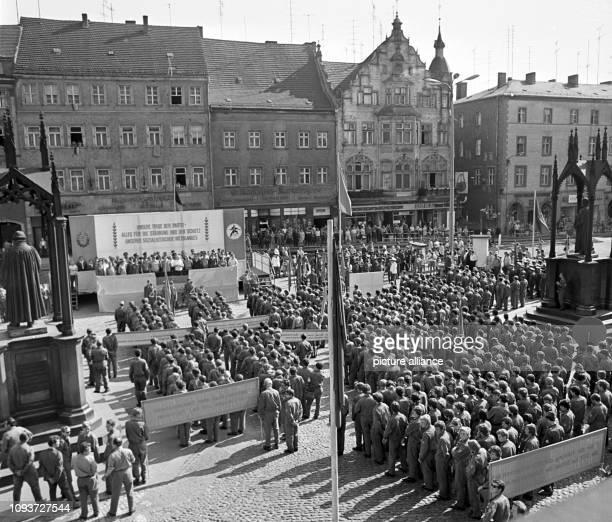 Die Teilnehmer der I. Bezirkswehrspartakiade der GST Halle in Wittenberg sind am auf dem Marktplatz der Stadt zwischen dem Luther-Denkmal und der...