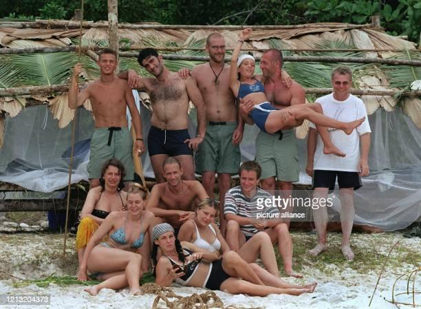 Die Teilnehmer der SAT1AbenteuerShow Das Inselduell posieren am 362000 vor ihrer Hütte auf der malayischen Insel Simbang Es sind dies Tjalf Daniele...