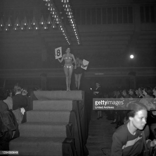 Die Teilnehmerinnen zur Wahl der Miss Germany 1953 / 54 auf dem Laufsteg in der Ernst-Merck-Halle in Hamburg, 1953.