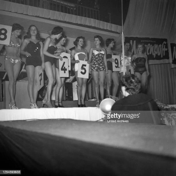Die Teilnehmerinnen zur Wahl der Miss Germany 1953 / 54 in der Ernst-Merck-Halle in Hamburg, 1953.