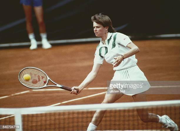 Die Tennisspielerin Hana Mandlikova ist an das Netz vorgerückt und schlägt den Ball zurück Aufgenommen um 1990