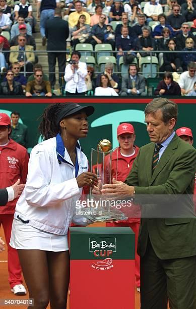 Die Tennisspielerin Venus Williams gewinnt das Tennisturnier der Damen am Hamburger Rothenbaum DTBPräsident Georg Freiherr von Waldenfels überreicht...