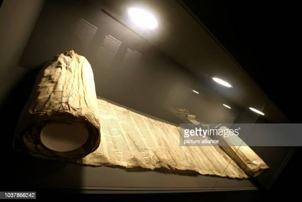 Die Thorarolle dessen Fragmente Handwerker 2002 auf einem Dachboden gefunden hatten wird am im Schloss Rheydt in Mönchengladbach ausgestellt Die...