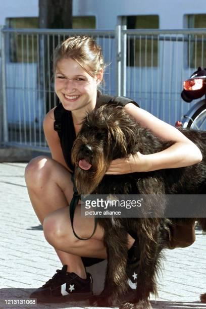 Die Tochter des Bundespräsidenten Johannes Rau, Anna Rau, legt am 31.8.2000 auf der Nordseeinsel Spiekeroog ihren Arm um den Riesenschnauzer-...