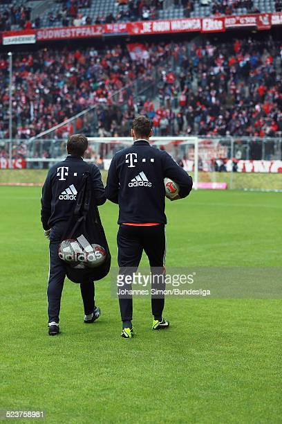Die Torhueter des FC Bayern Manuel Neuer und Tom Starke kommen zum AufwaermTraining vor dem Bundesligaspiel FC Bayern Muenchen gegen die SpVgg...