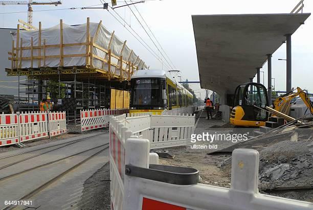 Die Tram M5 rollt seit doch die gross geplante Haltestellevor dem Hauptbahnhof ist noch nicht fertig Der riesige Betonbau istnun frei schwebend ohne...