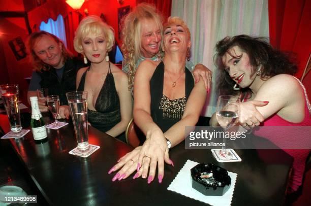 """Die Transsexuellen Helmut, Andrea, Josephine, Lisa und Beyza amüsieren sich am 23.1.1996 an der Bar der Frankfurter Travestie-Szene-Bar """"Frivoli""""...."""