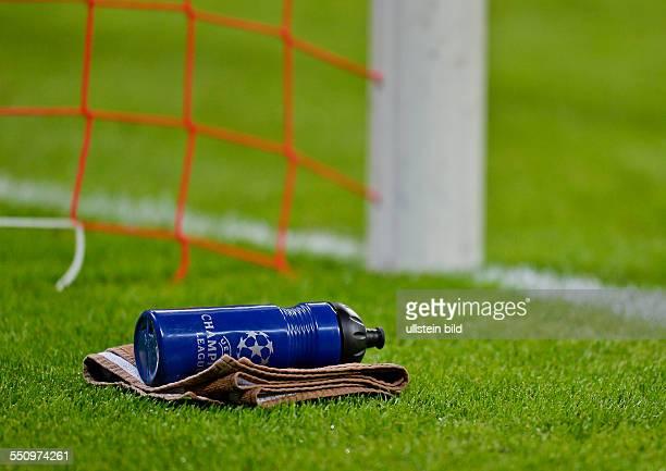 Die Trinkflasche und Handtuch von Torwart Manuel Neuer liegt neben dem Tor waehrend dem Viertelfinal Rueckspiel zur UEFA Champions League FC Bayern...