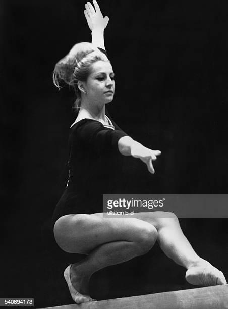 Die tschechische Kunstturnerin Vera Caslavska auf dem Schwebebalken aufgenommen bei den KunstturnWeltmeisterschaften in Dortmund am 240966