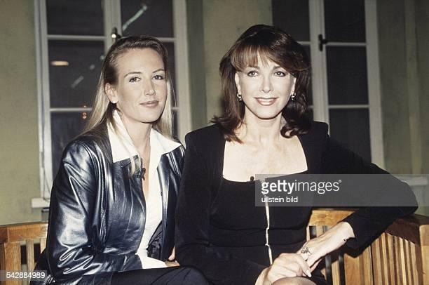 Die TVModeratorin und Schauspielerin Petra Schürmann sitzt mit Alexandra der gemeinsamen Tochter mit ihrem Mann HG Freund im Studio Undatiertes Foto
